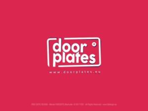 DoorPlates - logotyp firmy specjalizującej się w produkcji tabliczek reklamowych nie tylko nadrzwiowych.