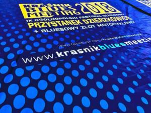 Kraśnik Blues Meeting 2018 - Przystanek Dzierzkowice. Pełna identyfikacja wizualna festiwalu od identyfikatorów przez billboardy po wygląd sceny.